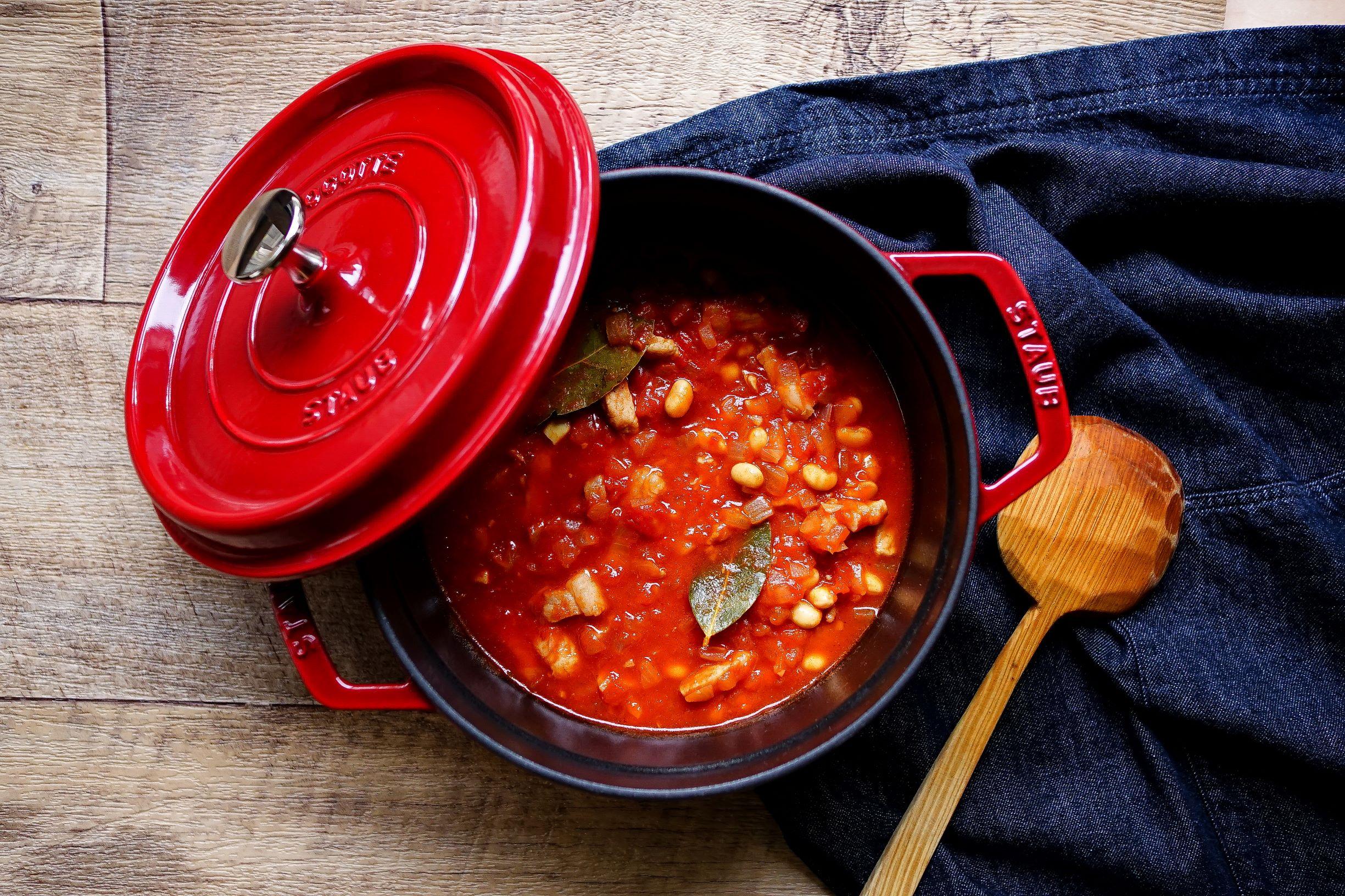 【desakiレシピ㉒】冬は魔法のお鍋で煮込み料理♪「大豆と豚肉のトマト煮」